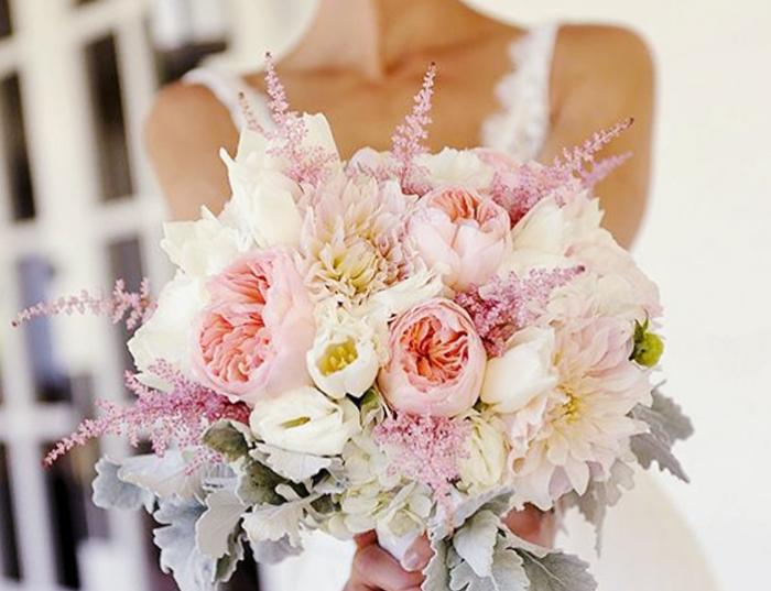 Букет из полевых цветов с розами